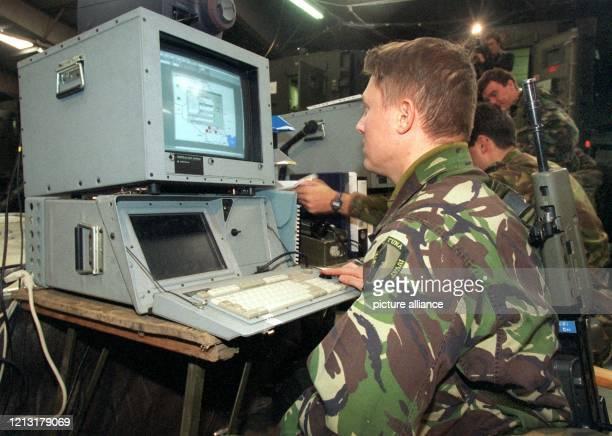 Ein britischer Soldat des schnellen Eingreifkorps der NATO gibt am bei einer Übung auf dem Gelände der britischen Streitkräfte in Mönchengladbach im...