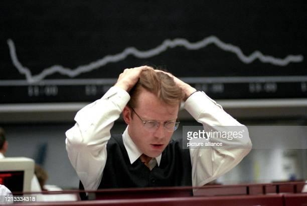 Ein Börsianer rauft sich am in der Frankfurter Börse die Haare. Zehn Jahre nach dem großen Börsenkrach im Oktober 1987 hat die jüngste weltweite...