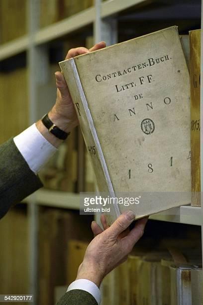 Ein ContractenBuch aus dem Jahr 1814 wird im Staatsarchiv der Hansestadt Hamburg aus dem Regal gezogen Archiv Archivierung Dokument Stadtgeschichte