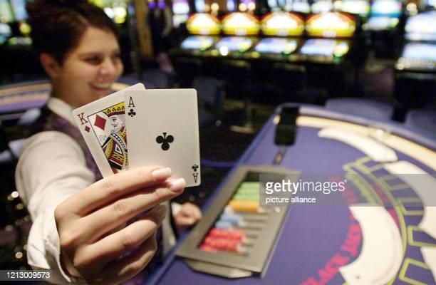 Ein Croupier zeigt am im neuen Casino im Gebäude des Frankfurter Flughafens ein BlackJackBlatt Auf 350 Quadratmetern können erstmals in einem...