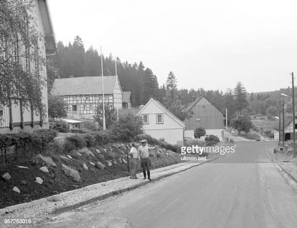 Ein DDRGrenzer der NVA unterhält sich mit einem Einwohner im DDRGrenzort Schierke imHarz aufgenommen im Juli 1976 Die innerdeutsche Grenze im Harz...