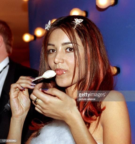 Ein Eis schleckt Moderatorin Verona Feldbusch am 4.3.1999 in Hamburg bei der Party im Anschluß an die Verleihung des deutschen Schallplattenpreises...