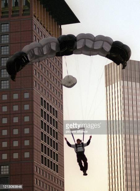 Ein Fallschirmspringer saust am 2281999 zwischen Frankfurter Hochhäusern in die Tiefe Nachts wenn das Bankenviertel in tiefem Schlaf liegt oder im...