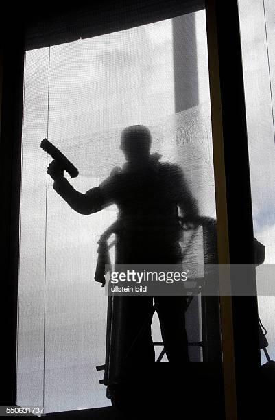 Ein Fensterputzer reinigt die Fenster des Sitzungssaals E 400 im PaulLoebeHaus