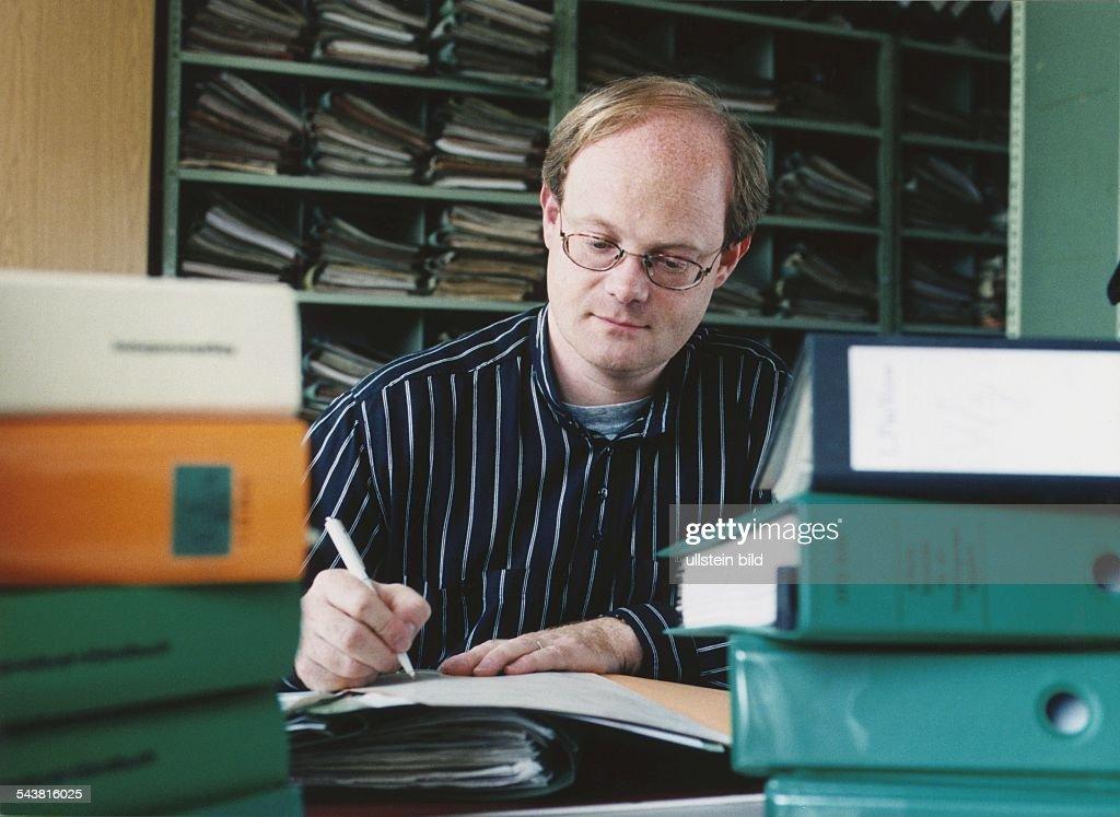 Schreibtisch voller akten  Beamter Pictures | Getty Images