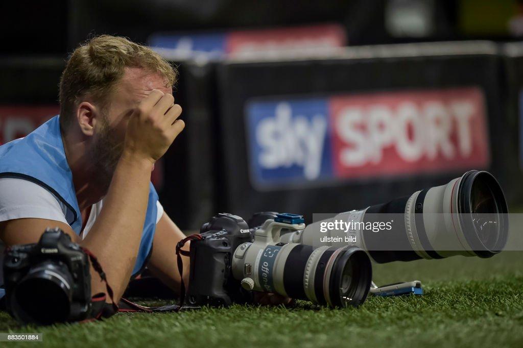 Ein Fotograf Mit Seinen Kameras Liegt Am Spielfeldrand