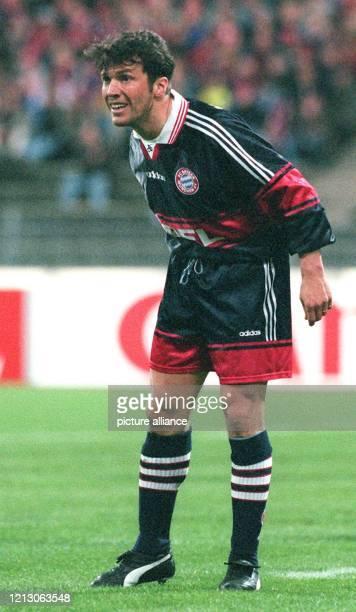 Ein fragendratloser Blick von BayernAbwehrspieler Lothar Matthäus verrät es läuft nicht in der Elf des Deutschen Fußballmeisters am 431998 im...