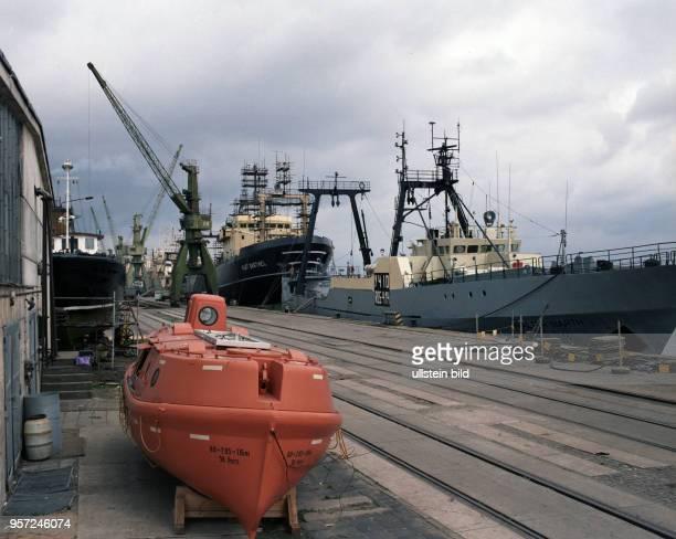 Ein Freifallrettungsboot steht im Hafen von Rostock am Umschlagplatz, aufgenommen 1985. Diese modernen Rettungsboote sind normalerweise in Schräglage...