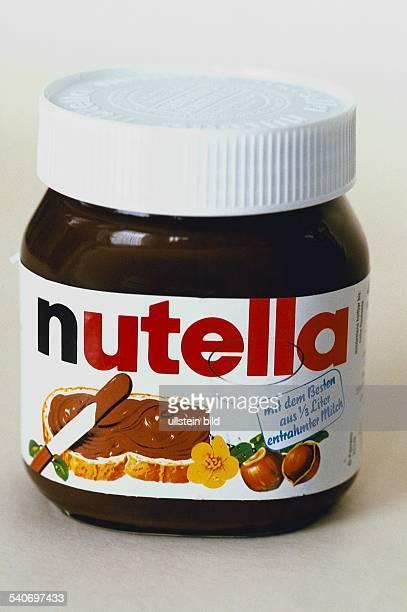 Ein Glas Schokoladenaufstrich dessen Bandarole die Aufschrift trägt 'nutella mit dem Besten aus 1/3 Liter entrahmter Milch' und mit den Zeichnungen...