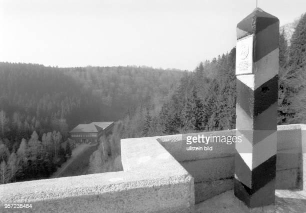 Ein Grenzpfahl mit dem Hoheitszeichen der DDR steht markiert auf der Eckertalsperre im Harz die innerdeutsche Grenze zwischen SachsenAnhalt und...