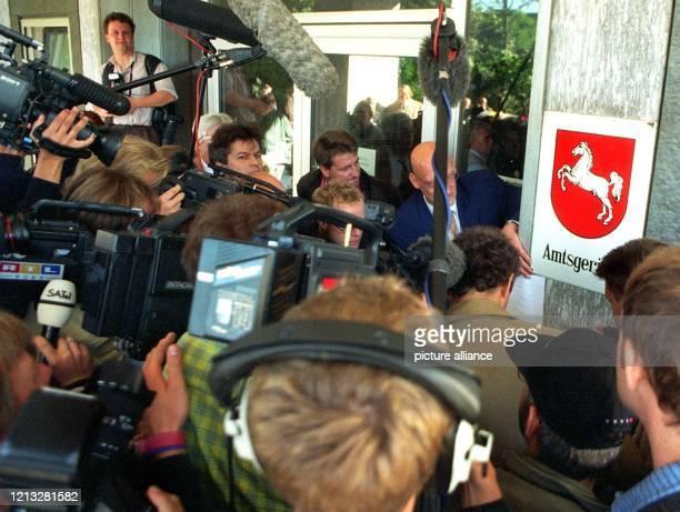 Ein Großaufgebot an Journalisten steht am 2591997 wegen der Scheidung des niedersächsischen Ministerpräsidenten Gerhard Schröder von seiner Frau...