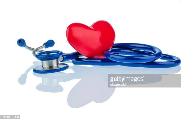 Ein Herz und ein Stethoskop liegen nebeneinander Symbolfoto für Herzkrank und Liebeskummer