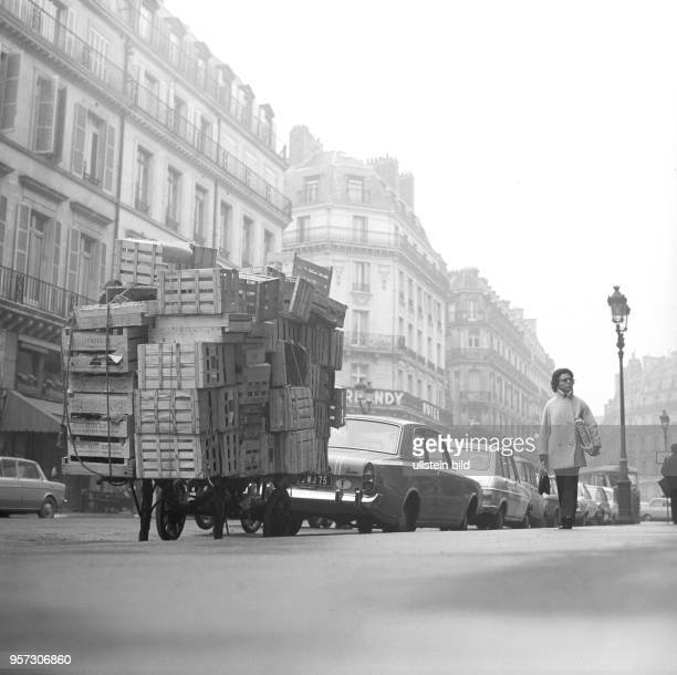 Ein Händler hat seine leeren Kisten auf dem Anhänger gestapelt aufgenommen im November 1970 in Paris Nach der Unabhängigkeit der Kolonien in Afrika...