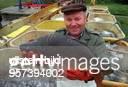 Ein Hobbyangler präsentiert einen Karpfen aus der Fischanlage der Teichwirtschaft Veckenstedt