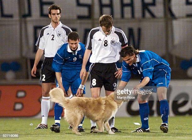 QUALIFIKATION Athen GRIECHENLAND DEUTSCHLAND 20 Ein Hund rannte auf das Feld und unterbrach das Spiel vlks Christoph METZELDER/GRE Dimitris...
