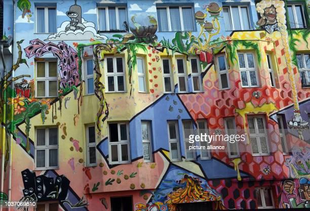 Ein im StreetStil von dem Atelier Farbfieber Kunst im öffentlichen Raum und Anwohnern bemaltes Wohnhaus in der Kiefernstrasse in Düsseldorf im...