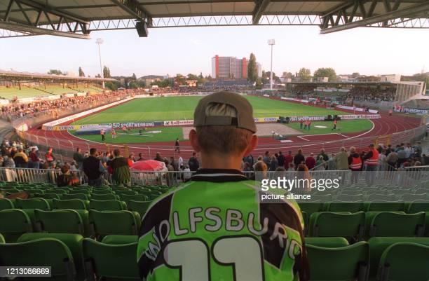 Ein junger Fan des VfL-Wolfsburg ist am 8.9.1998 im heimischen VfL-Stadion in Erwartung des Fußball-Bundesligaspiels zwischen dem VfL Wolfsburg und...