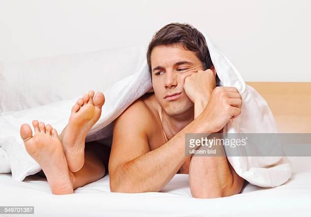 Ein junges Paar im Bett hat Probleme und Krise Scheidung und Trennung