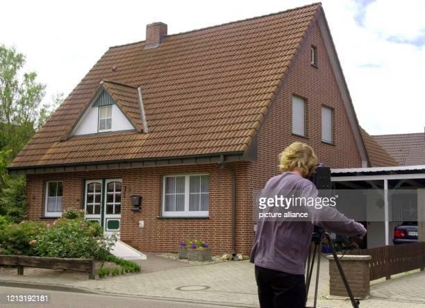 Ein Kameramann filmt am 2662000 in WiethmarschenLohne bei Nordhorn das Haus in dem ein 35jähriger Familienvater am 25 Juni zwei seiner Kinder und...