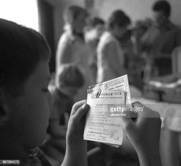Ein Kind der Schweriner Familie Bockisch schaut sich nach der Ankunft im FDGBFerienheim in ihrem Urlaubsort Stolberg im Harz die notwendigen...