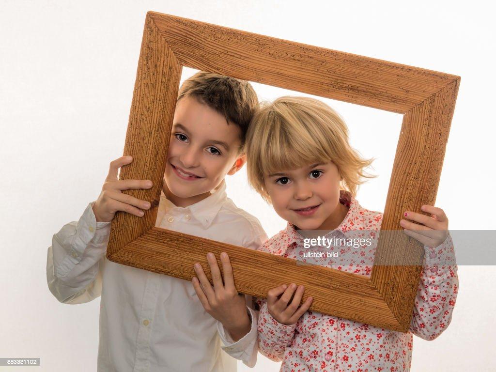 Kind schaut durch einen Rahmen Pictures   Getty Images