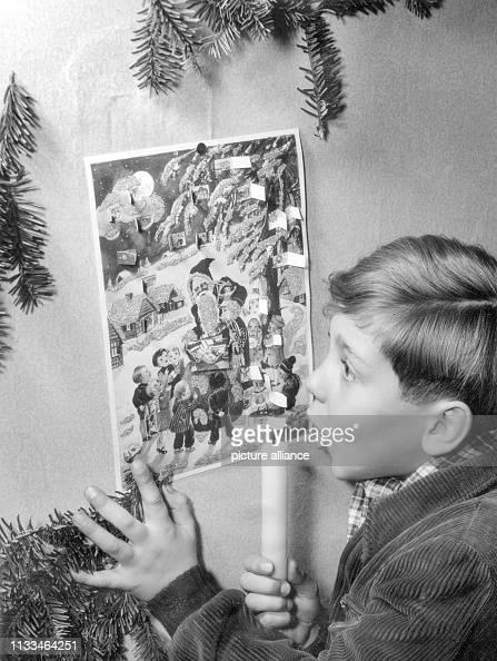 Kleiner Weihnachtskalender.Ein Kleiner Junge Betrachtet Im Dezember 1952 Seinen Adventskalender