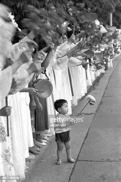Ein kleiner Junge mit einer Blume tanzt aus der Reihe bei einer Vorführung während der 13 Weltfestspiele der Jugend und Studenten im Juli 1989 in...