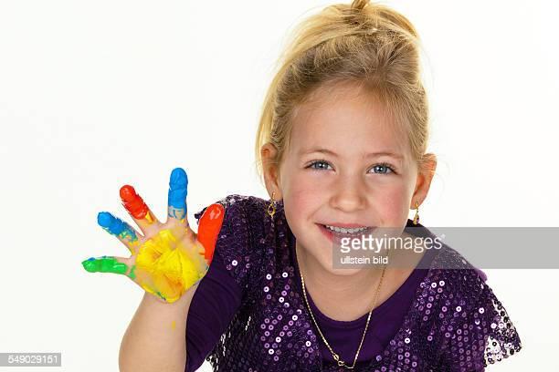 Ein kleines Kind malt mit Fingerfarben Lustig und Kreativ