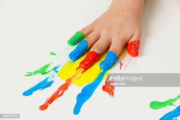 Ein kleines Kind malt mit Fingerfarben