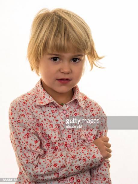 Ein kleines Mädchen mit einem nachdenklichen Gesichtsausdruck