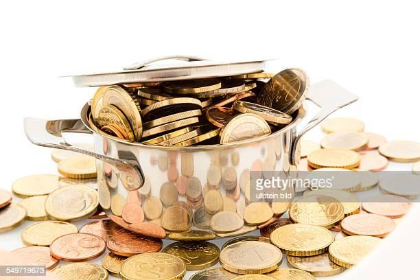 Ein Kochtopf ist mit Euromünzen gefüllt Symbolfoto für Fördergelder