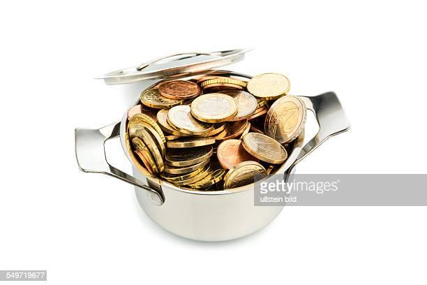 Ein Kochtopf ist mit Euromünzen gefüllt Symbolfoto für Fördergelder und Subventionen