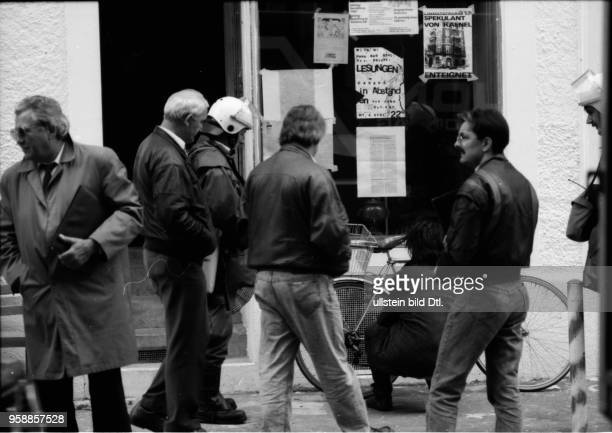 Ein Kommandant der Zürcher Stadtpolizei entfernt an der Hausfassade der besetzten Köchlistrasse 22 ein Transparent Grenadiere und Spitzel räumen das...