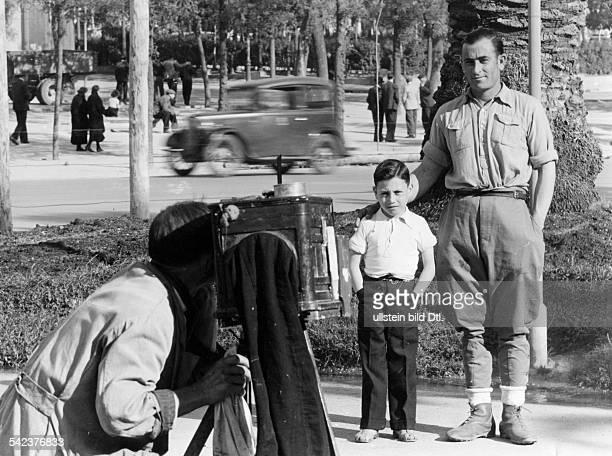 Ein Kriegsheimkehrer lässt sich mit seinem Sohn fotografieren 1939Foto Hanns Hubmann