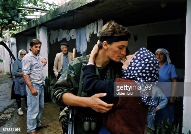 ein kroatischer Soldat umarmt seine Mutter und verabschiedet sich Oktober 1991