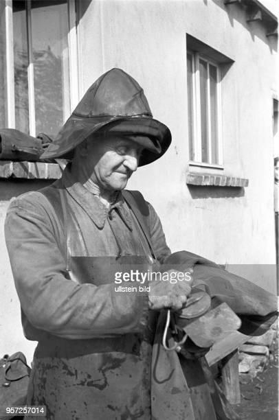 Ein Kumpel bereitet sich im Schacht Ernst Thälmann im Tagebau Niemtsch des Braunkohlenwerkes Franz Mehring in Brieske bei Schlabendorf auf seine...