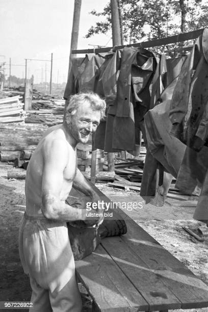 Ein Kumpel hat nach getaner Arbeit sein Ölzeug abgelegt aufgenommen im Schacht Ernst Thälmann im Tagebau Niemtsch des Braunkohlenwerkes Franz Mehring...
