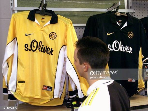 Ein Kunde des BVBMegastores in Dortmund betrachtet am Trikots des Fußballvereins Borussia Dortmund Nach Berichten über Giftstoffe in FanTrikots des...