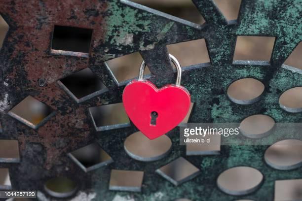 Ein Liebesschloss in Herzform hängt an einer Berliner Brücke