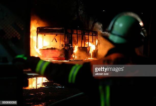 Ein Linienbus geht am Dienstagmorgen in Flammen auf, mehrere Gasflaschen in der Nähe explodieren. Als gegen 6.30 Uhr ein Busfahrer sein...