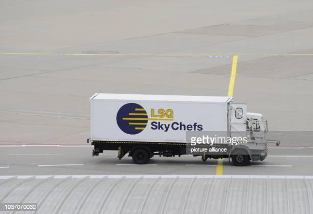 Ein LKW der LSG Sky Chefs eine hundertprozentige CateringTochter der Deutschen Lufthansa AG am auf dem Vorfeld am Flughafen Köln Bonn Foto Horst...