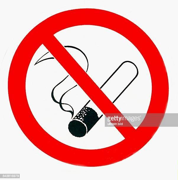 Ein Logo für die Bitte: Hier herrscht Rauchverbot, Bitte nicht rauchen. In einem Verbotsschild, wie es im Straßenverkehr genutzt wird, wird eine...