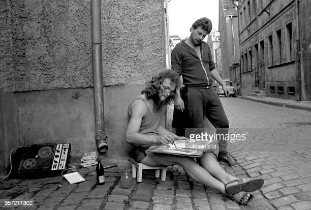 Ein Maler auf dem Weg zwischen Geburts- und Sterbehaus des Reformators Martin Luther, aufgenommen im Juni 1983 in der Lutherstadt Eisleben ....