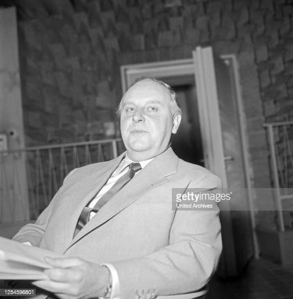 Ein Mann als Sprecher einer NDR Hörspielproduktion in Hamburg, Deutschland 1950er Jahre.