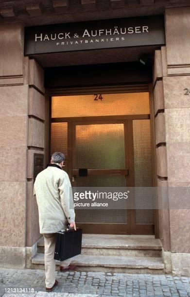 Ein Mann betritt am 8121999 die Hauck AufhäuserBank im Frankfurter Bankenviertel Nach einem Bericht der Süddeutschen Zeitung hatte die CDU allein bei...