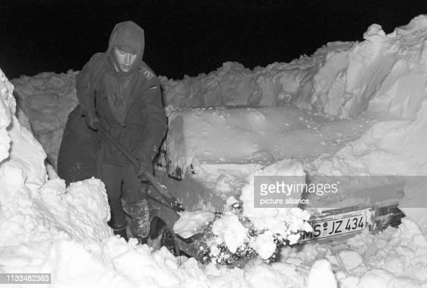 Ein Mann in Hamburg befreit sein Auto mit einer Schaufel von den heftigen Schneemassen aufgenommen am Der Temperatursturz vom 29 Dezember 1978 führte...