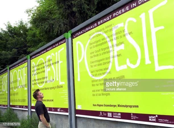 Ein Mann liest am 772000 auf einem Plakat in Frankfurt/Main ein Gedicht Die Literaturhäuser Frankfurt Hamburg Berlin Köln und München wollen Poesie...