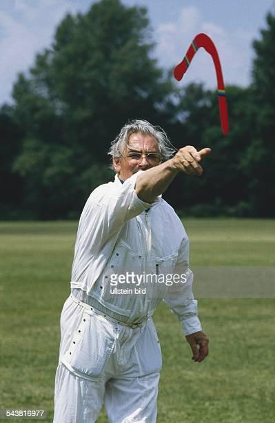 Ein Mann wirft einen roten Bumerang Undatiertes Foto