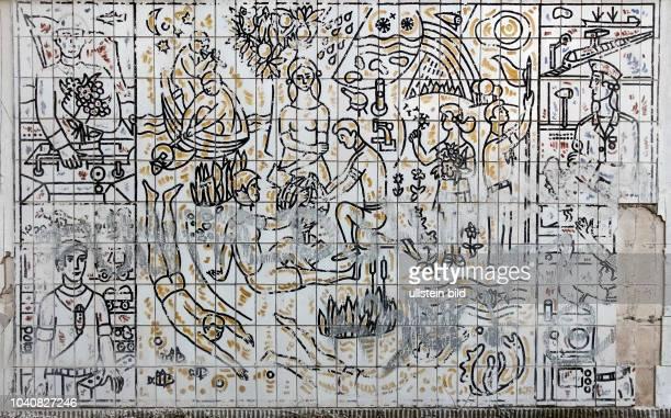 """Ein Mann zerlegt das Wandbild """" Die Wehrtuechtigkeit der Jugend """" an der ehemaligen Schule in Prora auf Ruegen Eine Initiative von drei Ruegenern und..."""