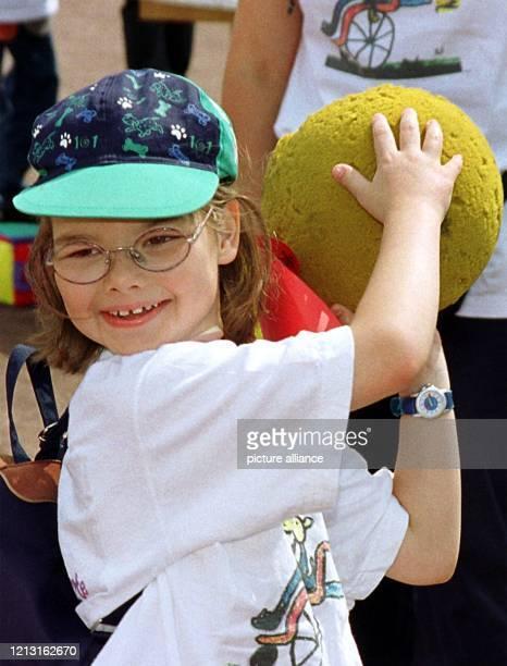 Ein Mädchen wirft einen Ball Neben dem Sport geht es bei Mein Olympia auch um Spiele Rund 2500 behinderte Kinder Jugendliche und Erwachsene aus ganz...